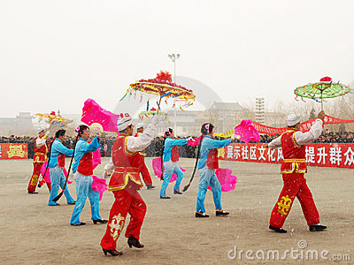 Perform traditional dance Yangge in the snow Editorial Stock Image