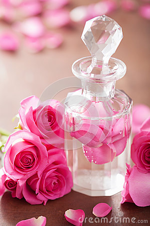Free Perfume Bottle And Pink Rose Flowers. Spa Aromatherapy Royalty Free Stock Photo - 40629125