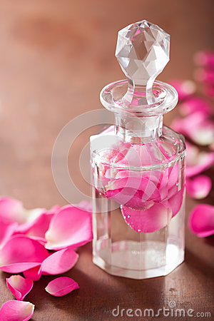 Free Perfume Bottle And Pink Rose Flowers. Spa Aromatherapy Royalty Free Stock Photography - 46629877