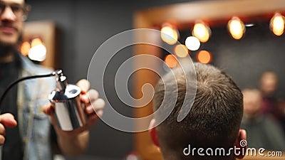 Perfume de barbería en el cliente en la barbería después de corte y estilismo Peluquería que utiliza un pulverizador de lavado an metrajes