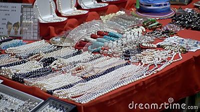 Perlen Sie Halsketten und Andenken am Jomtien-Nachtmarkt thailand Pattaya stock footage