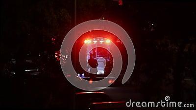 Person med paramedicinsk utbildning Prepares Ambulance för tålmodig transport på natten