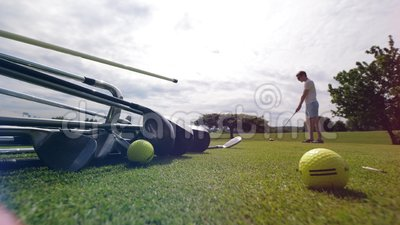 Person spielt Golf auf einem Kurs und hält einen Metallclub stock video