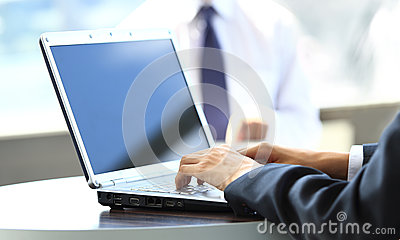 Person Typing sur un ordinateur portable moderne