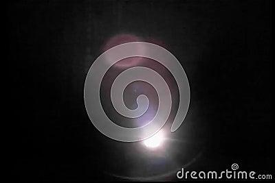 Persona con la linterna que busca en la oscuridad almacen de video
