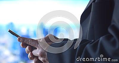 Persona del negocio que usa el fondo móvil de la ciudad de la tecnología del teléfono celular almacen de video