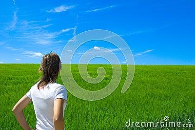 Persona nel campo verde 1