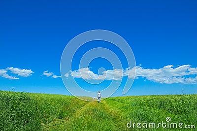 Persona nel campo verde 3