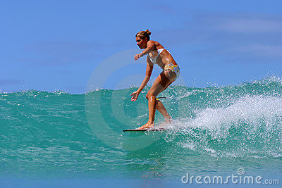Persona que practica surf Brooke Rudow que practica surf en Hawaii Foto editorial