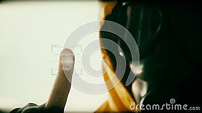 Persona sconosciuta nell'ambito della maschera antigas durante il controllo di sicurezza archivi video