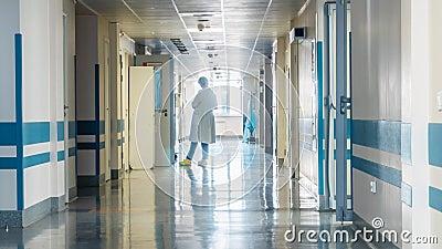 Personal médico en el pasillo del ` s del hospital metrajes