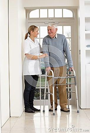 Personale che dispensa le cure che aiuta uomo maggiore anziano
