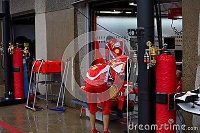 Personas de Ferrari que preparan el coche de Felipe Massaâs Fotografía editorial