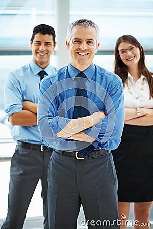 Personas del ejecutivo con los brazos plegables