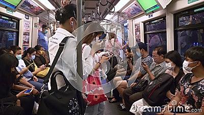 La Gente En La Plataforma Del Metro Está Sentada En Bancos De Madera  Esperando El Tren Metrajes - Vídeo de tren, acometidas: 165911364