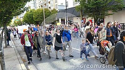 Personas sosteniendo pancartas contra el calentamiento global en Vancouver, Canadá, setiembre de 2019 almacen de metraje de vídeo