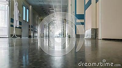 Personel medyczny na korytarzu klinicznym. Przebieg czasu zdjęcie wideo