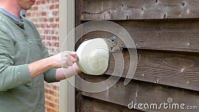 Personen installerar kranskärl för att skydda rör i kallt väder lager videofilmer