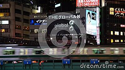 Personenzug führt die Shinjuku-Skyline nachts - Tokyo Japan stock footage