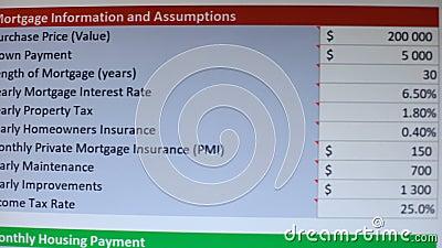 Personne étudiant l'information d'hypothèque et des hypothèses en ligne sur le PC, comptabilité clips vidéos