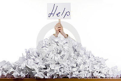 Personne dans la pile des papiers