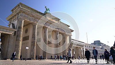 Personnes, touristes et étudiants pendant la journée par la Porte de Brandebourg, Pariser Platz, Berlin, Allemagne banque de vidéos