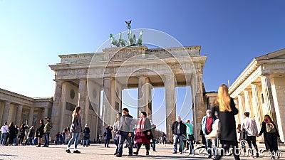 Personnes, touristes et étudiants pendant la journée par la Porte de Brandebourg, Pariser Platz, Berlin, Allemagne clips vidéos