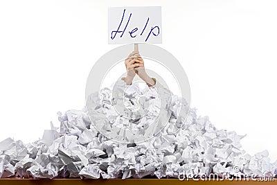 Persoon in stapel van documenten