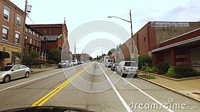 Perspectiva del ` s del conductor en la calle en el área de Lawrenceville de Pittsburgh almacen de video