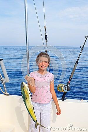 Pesca da menina da criança no barco com a captura de peixes do dorado do mahi do mahi