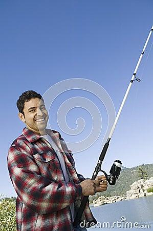 Pesca de mosca do homem no lago
