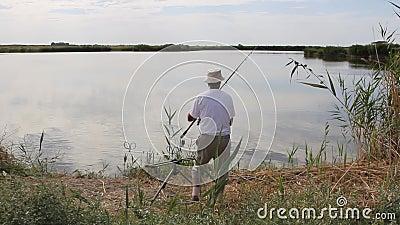 Pesca del pescatore su un lago archivi video