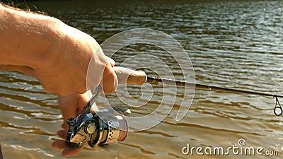 Pesca dell'uomo nel lago video d archivio