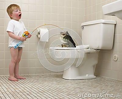 Pesca do menino no toalete