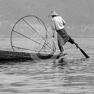 Pescador del rowing de la pierna - lago Inle - Myanmar Imagen de archivo editorial
