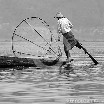 Pescador do enfileiramento do pé - lago Inle - Myanmar Imagem de Stock Editorial
