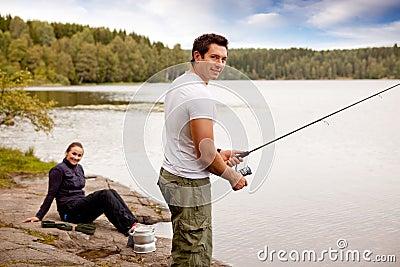 Pescando sul viaggio di campeggio