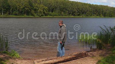 Pescatore divertente nel lago video d archivio