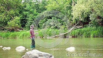 Pesce del fermo Retro trota barbuta del trofeo e del pescatore Uomini che pescano nel fiume durante il giorno di estate Pescatore archivi video