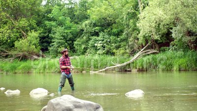 pesci sull'amo Uomo con le canne da pesca sull'ancoraggio del fiume angler La pesca con la mosca è più rinomata come metodo per p video d archivio