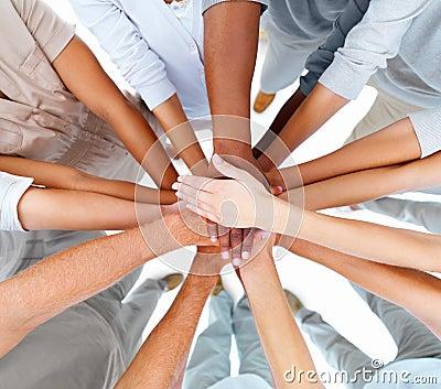 Pessoa-mãos do negócio que sobrepor para mostrar trabalhos de equipa