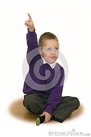 Petit écolier, main étirée vers le haut de - a eu une idée