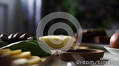 Petit déjeuner parfait Petit déjeuner le matin avec fromage, avocat, beurre, pain brun, oeuf La main de la fille met une tasse ou clips vidéos