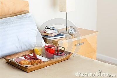 petit d jeuner dans le plateau de lit sur le lit c t de la table de chevet photo stock. Black Bedroom Furniture Sets. Home Design Ideas