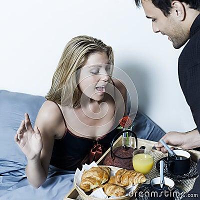 petit d jeuner romantique dans le lit photo libre de droits image 33723345. Black Bedroom Furniture Sets. Home Design Ideas