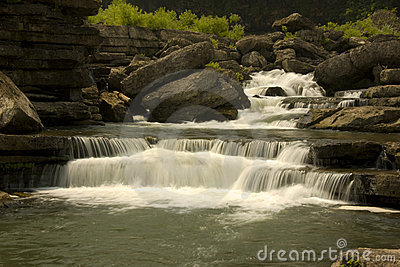 Petit fleuve de montagne du Tennessee avec des automnes