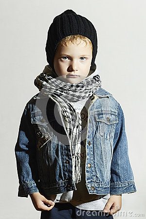 petit gar on la mode dans l 39 charpe et des jeans type de l 39 hiver enfants de mode enfant dans. Black Bedroom Furniture Sets. Home Design Ideas