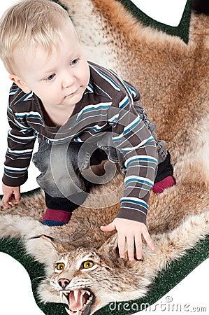 Petit garçon sur la fourrure de lynx