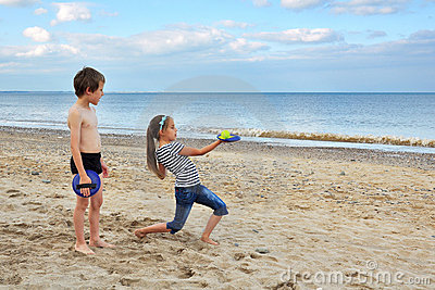 Petit garçon mignon et fille, jouant sur le sable de plage