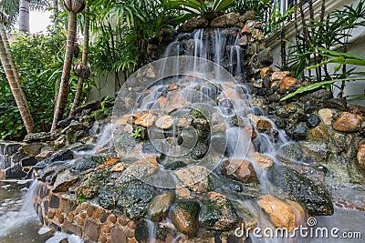 petite cascade dans le jardin photo stock image 48211874. Black Bedroom Furniture Sets. Home Design Ideas